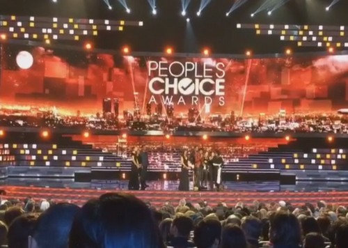 Kanye West Behind Zacari Nicasio Mic Grab From Sara Gilbert At 2016 People's Choice Awards?