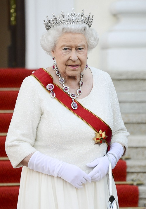 Queen Elizabeth's Prepares For Final Moments, Gives Up Beloved Corgis Willow & Holly!