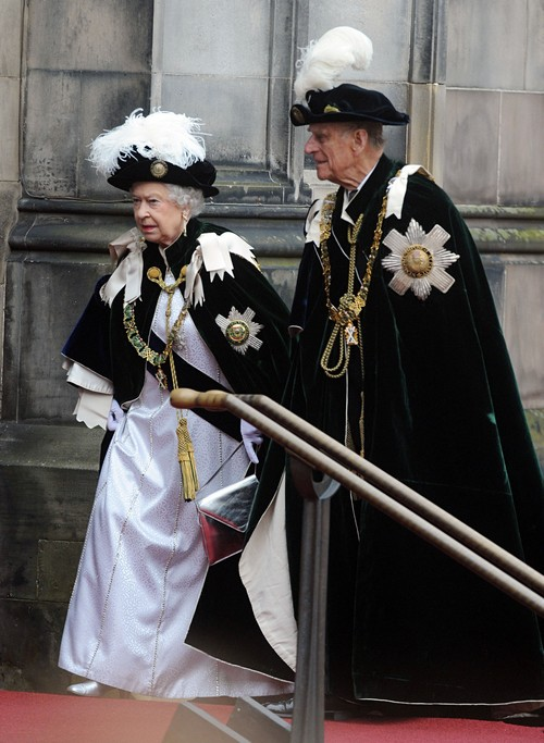 Queen Elizabeth Considers Dating Apps Ban In The Palace - Reminded of Camilla Parker-Bowles and Prince Charles Cheating Scandal?