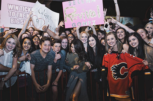 Selena Gomez Posts Note Forbidding Fans To Take Pictures With Her After Justin Bieber Releases Same Warning?